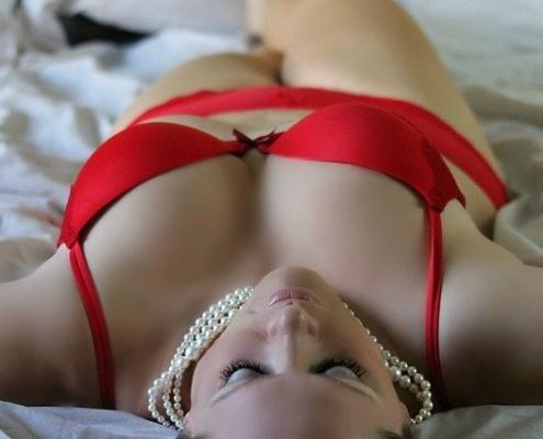 Nackte Frau, die Sexspiele mag